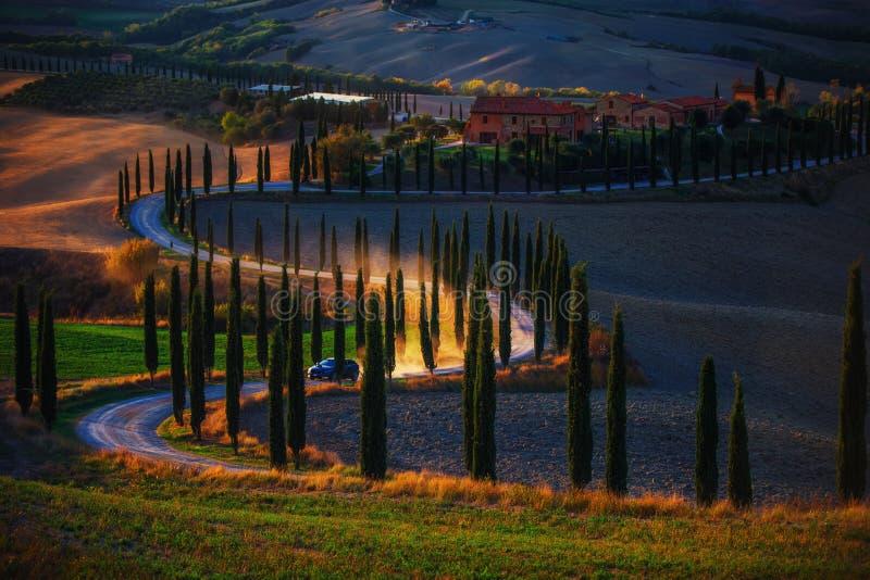 La Toscana, paesaggio rurale di tramonto Azienda agricola della campagna, tre dei cipressi immagini stock libere da diritti