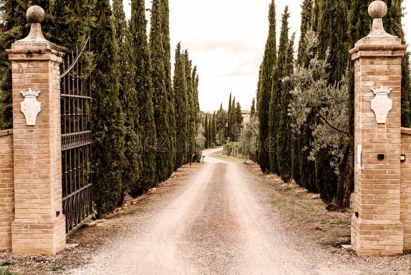 La Toscana - una proprietà toscana sui pendii della città della sommità di Montalcino immagine stock libera da diritti