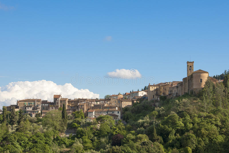 La Toscana - villaggio su una collina fotografie stock
