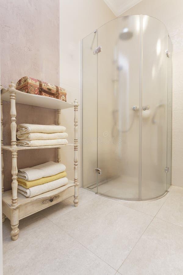 La toscane douche en verre photo stock image du for Prise dans la salle de bain