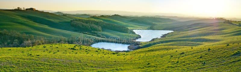 La Toscane, paysage rural sur le coucher du soleil, Italie. Lac et champs verts photo libre de droits