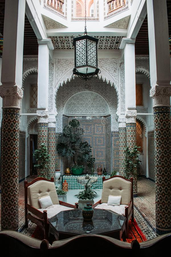 La tostada con el chocolate holandés asperja en el marroquí tradicional backgroundTypical blanco aislado Riad con diseño interior imágenes de archivo libres de regalías