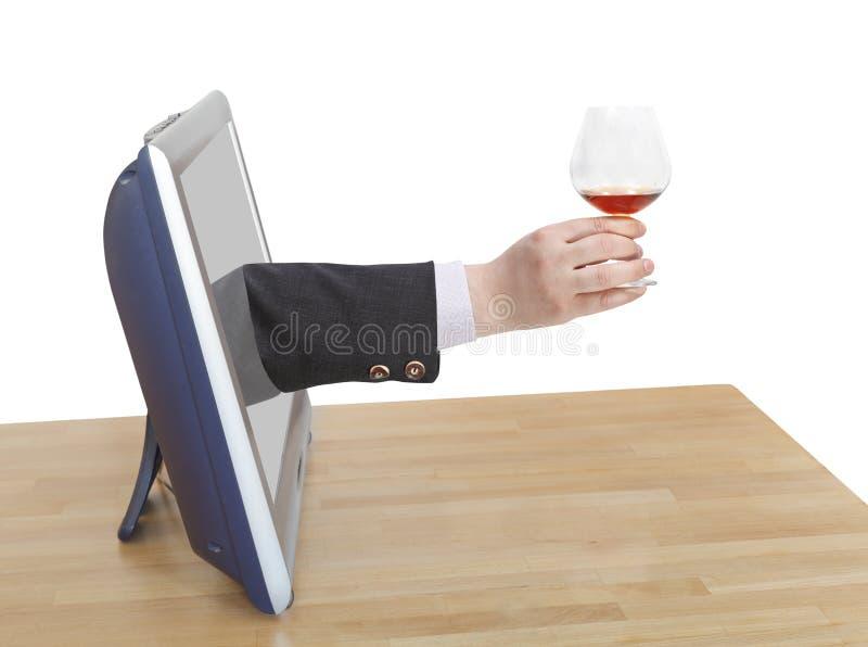 La tostada con el vidrio de brandy en la mano masculina inclina hacia fuera la TV imagenes de archivo