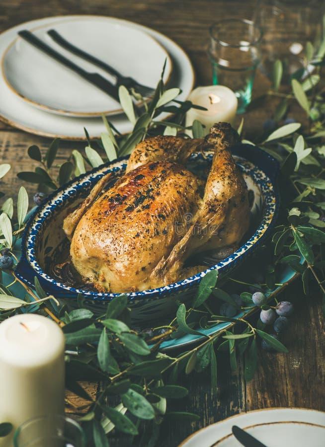 La totalité a rôti le poulet décoré de la branche d'olivier photographie stock libre de droits
