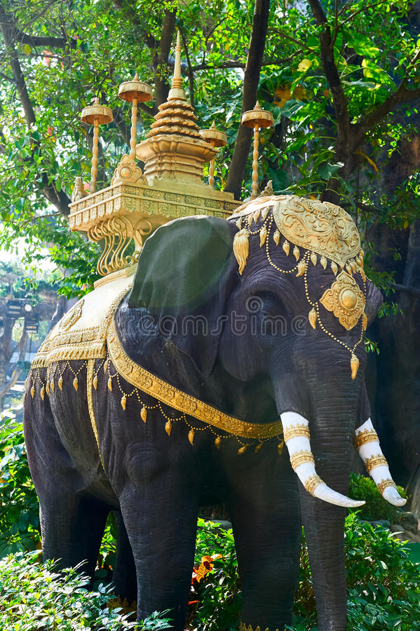 La tour d'éléphant et d'or photographie stock libre de droits