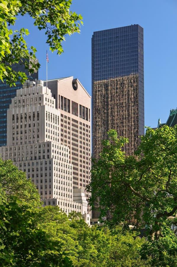 La tour d'atout et le Sony Building, vue d'après-midi d'été de Central Park Midtown, Manhattan, New York City photos stock