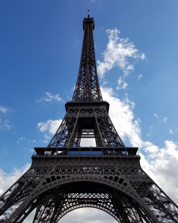 La tour d'Effiel se tient grande et fière photographie stock libre de droits