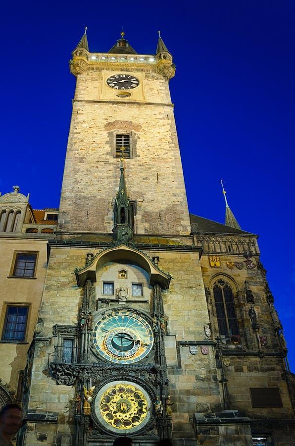 La tour d'horloge d'hôtel de ville de Prague par nuit photo libre de droits