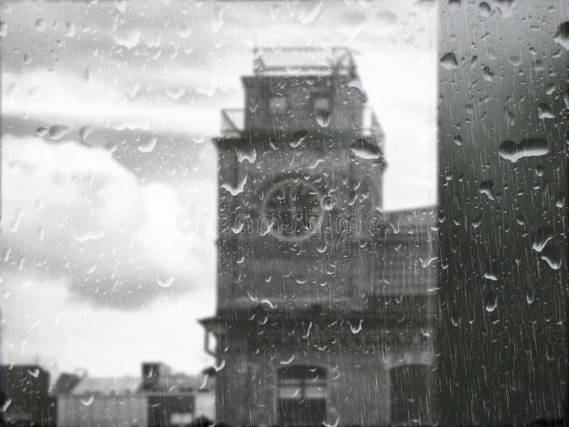 La tour d'horloge sous la pluie image stock