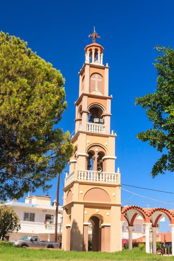 La tour de cloche de l'église dans le village de Pilon (Pylonas) photographie stock