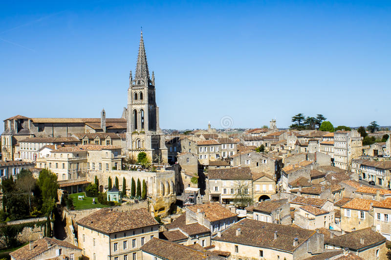 La tour de cloche de l'église monolithique dans Saint Emilion, Bordea photo stock