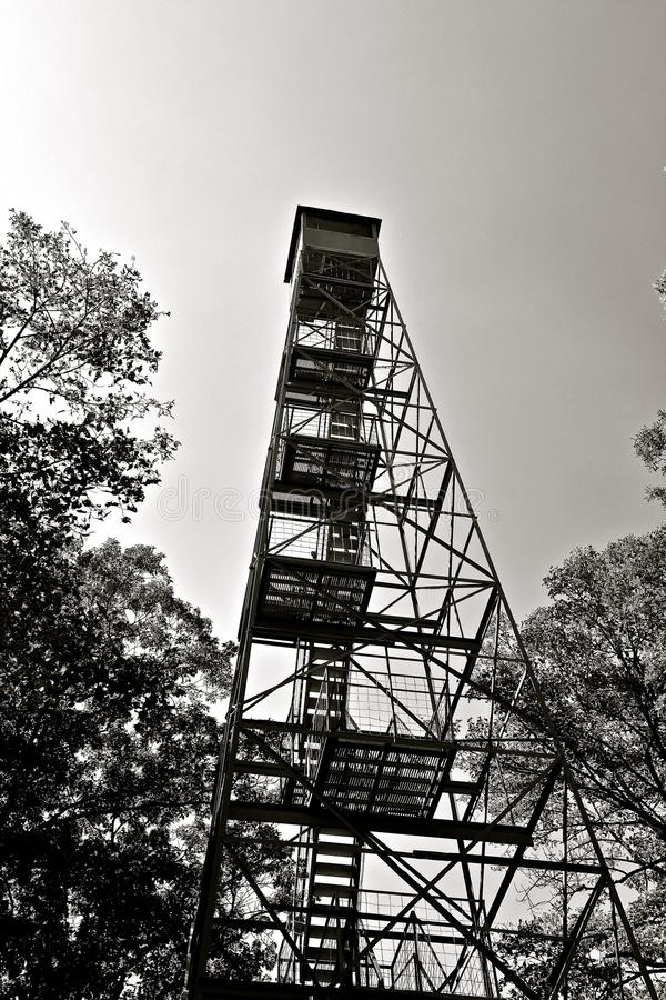La tour de feu atteint dans le ciel photographie stock