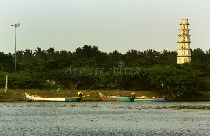 La tour de fort de Manora avec le petit pêcheur équipe le port image stock