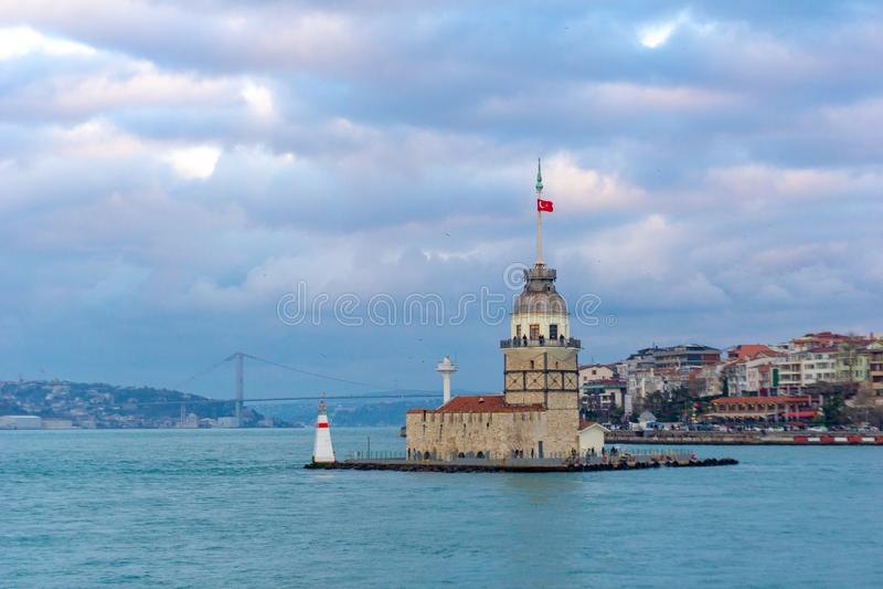La tour de la jeune fille du côté asiatique du temps nuageux d'Istanbul images stock
