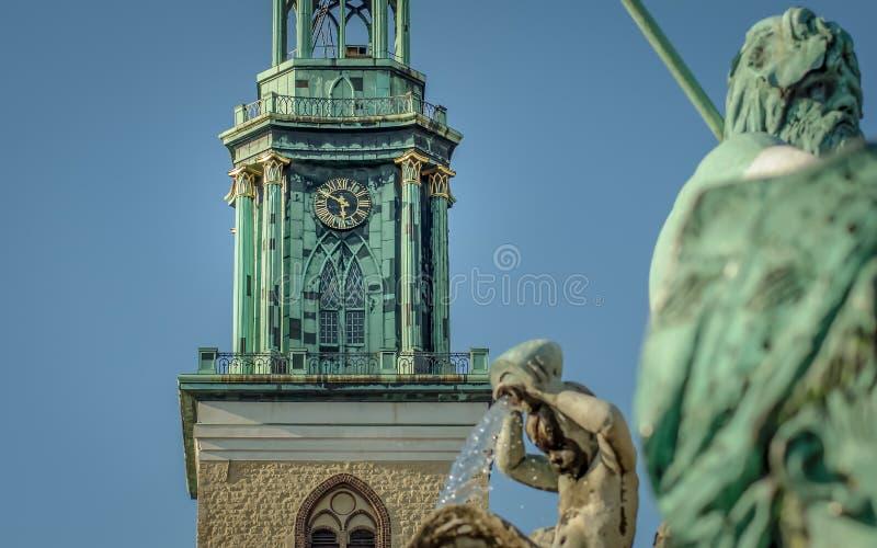 La tour de l'église du ` s de St Mary avec l'horloge à Berlin images libres de droits