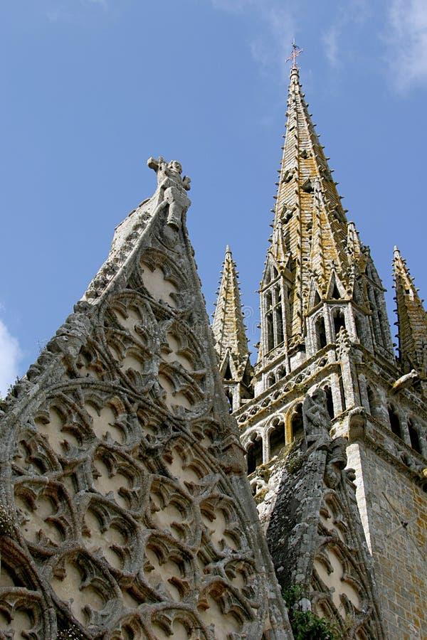 La tour de l'église romain-gothique et collégiale de Notre-Dame-De-Roscudon photos stock