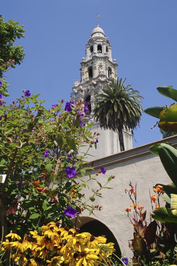 La tour de la Californie en parc de Balboa vu des jardins d'Alcazar photographie stock