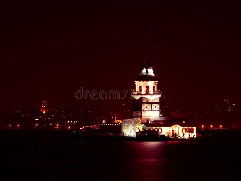 La tour de la jeune fille la nuit à Istanbul, Turquie photographie stock