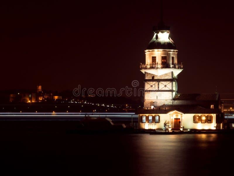 La tour de la jeune fille la nuit à Istanbul, Turquie photos stock