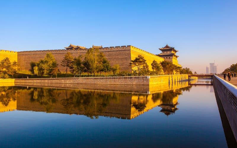 La tour de reconstruction de mur et de porte de ville de Datong. images libres de droits