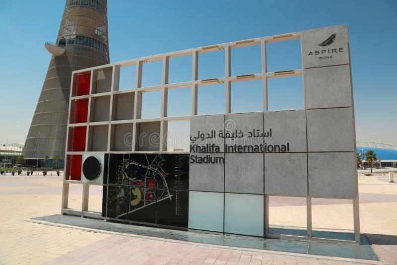 La tour de torche et panneau d'affichage du stade de Khalifa aspirent dedans zone, Doha, Qatar image libre de droits