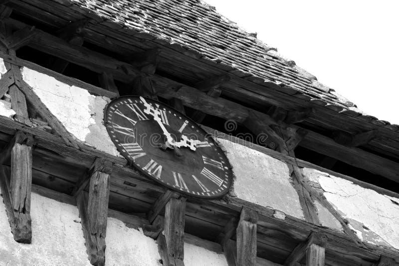 La tour et l'horloge de l'église saxonne médiévale enrichie dans Veseud, Zied, est un village dans la commune Chirpăr du comté d images stock