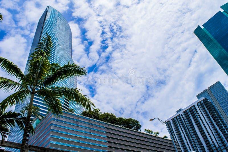 La tour et les nuages photo stock