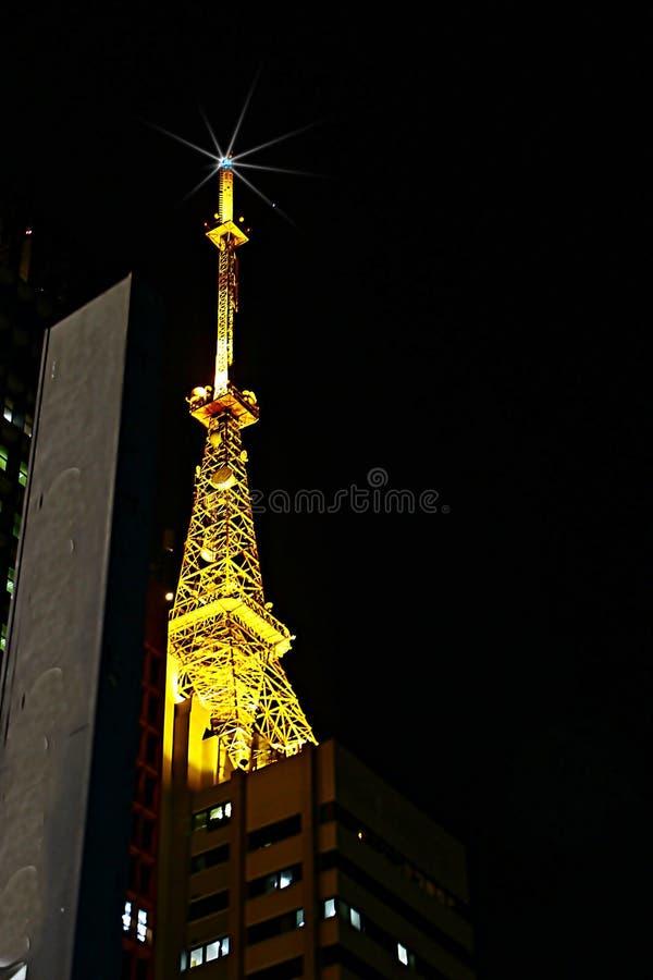 La tour lumineuse de transmission et sa beauté photographie stock libre de droits