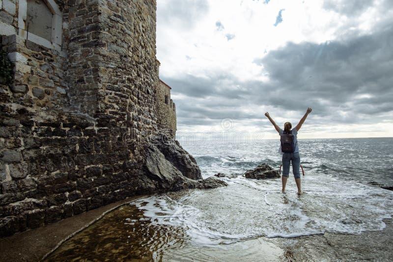 La touriste de femme de voyage apprécie la vue de la mer, Monténégro photos stock