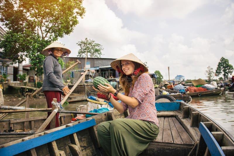 La touriste de femme explorent la culture vietnamienne photographie stock