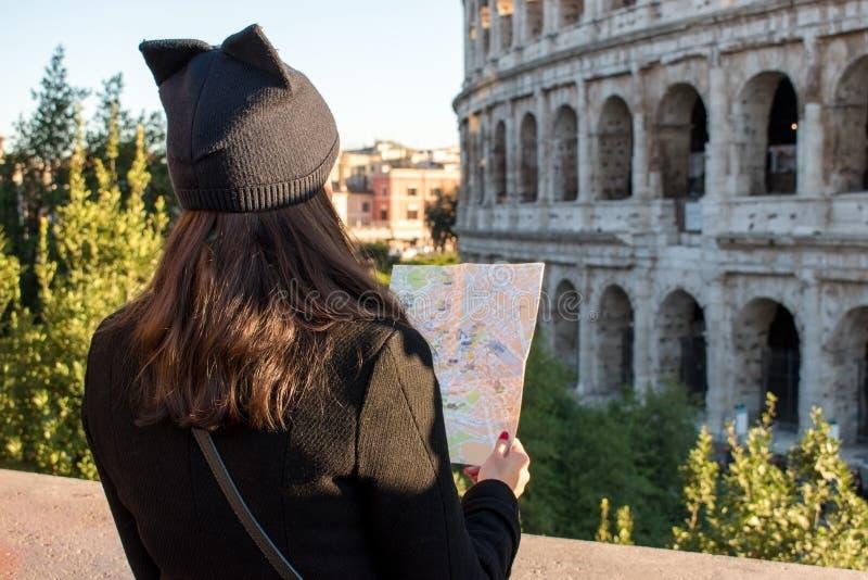 La touriste de femme regarde la carte sur la rue photos libres de droits