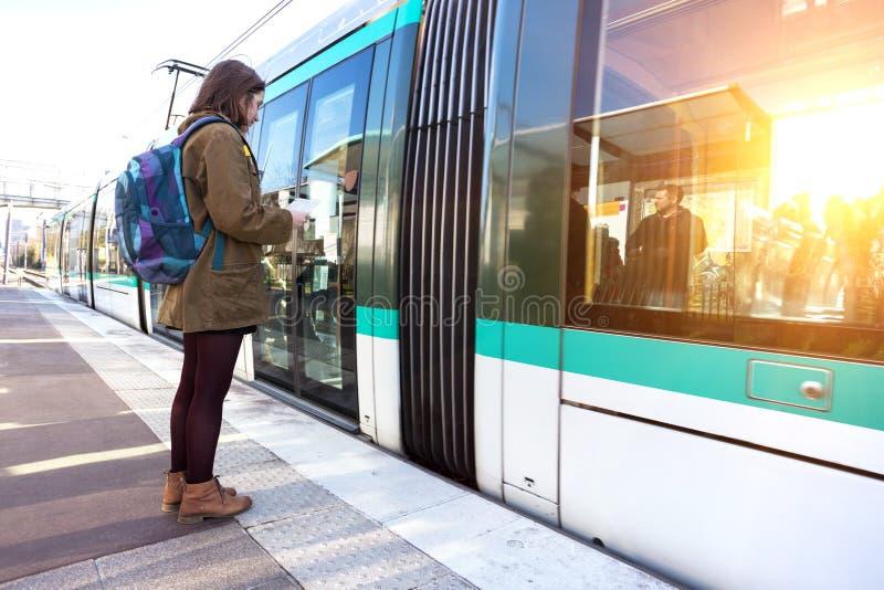 La touriste de fille attend le train photos stock
