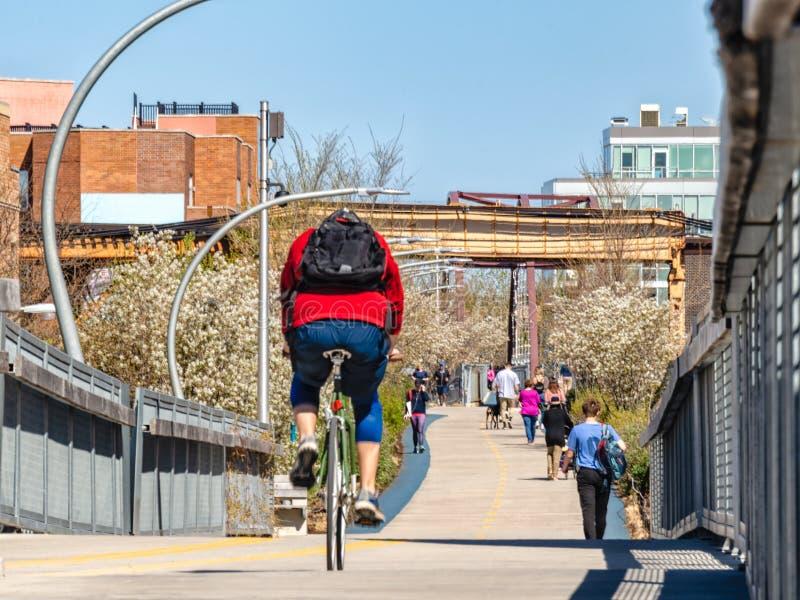 La traînée de 606 Bloomingdale est occupée avec des piétons et des cyclistes Rues de Chicago photos stock