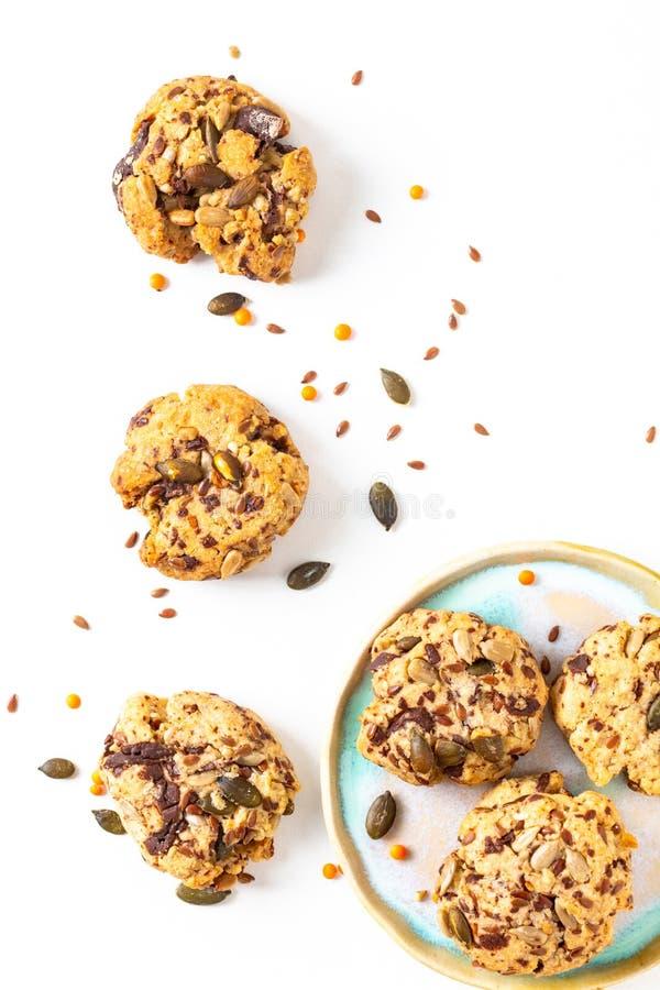 La traccia casalinga di concetto sano dell'alimento mescola gli interi biscotti organici di energia dei grani su fondo bianco con fotografie stock libere da diritti