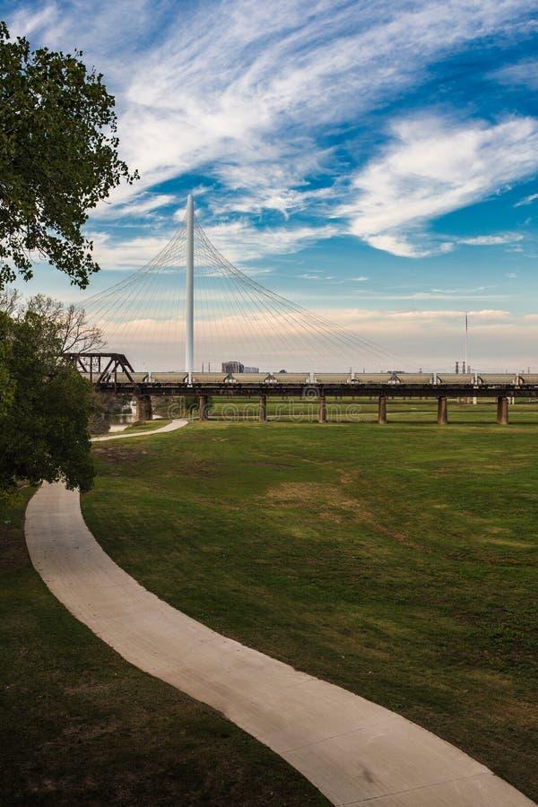 La traccia corrente sotto Margaret Hunt Hill Bridge fotografie stock libere da diritti