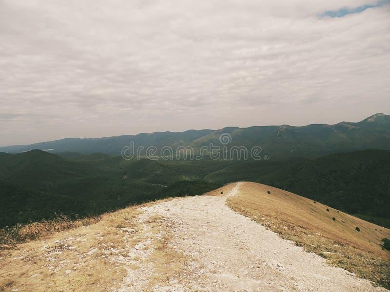 La traccia di montagna, un percorso al mondo meraviglioso fotografia stock