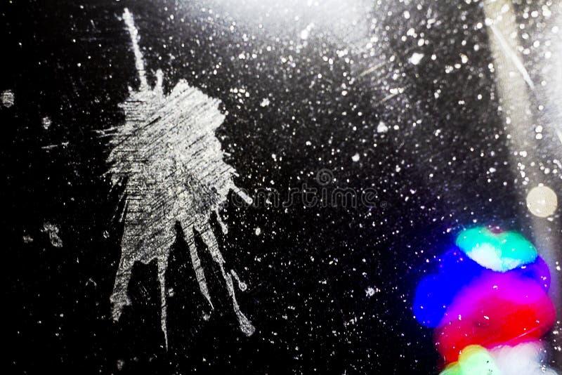 La trace des crottes d'oiseau sur le pare-brise de la voiture à la nuit, à l'avant et au fond brouillés avec l'effet de bokeh images libres de droits