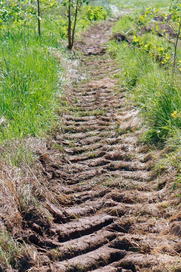 La trace du tracteur au sol, une voie de tracteur, même la bande de roulement dans la terre images libres de droits