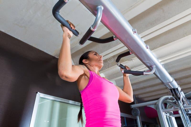 La traction lève la fille cabreuse de séance d'entraînement d'exercice au gymnase photos stock