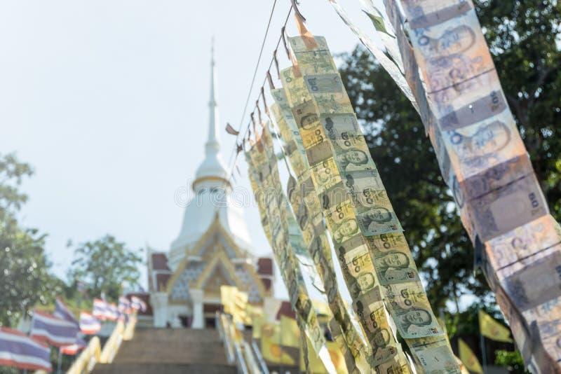 La tradition de la Thaïlande qui a mis les billets de banque thaïlandais accrochant vers le bas images stock
