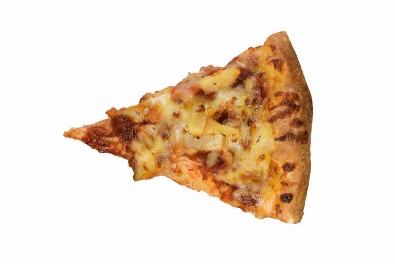 La tranche hawaïenne de pizza sur une flamme mince a grillé la croûte avec du mozzarella et la tomate fondus photos libres de droits