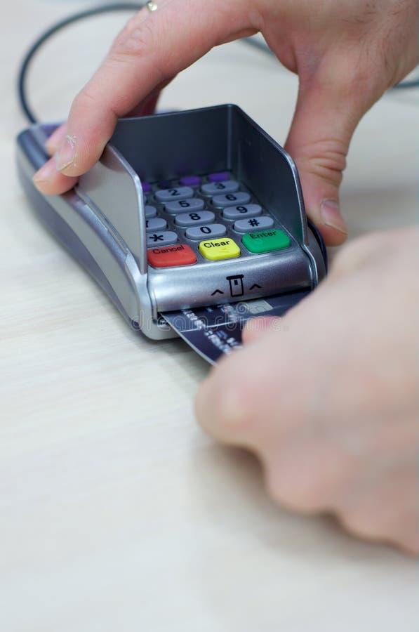 La transaction avec la carte de débit de crédit remet la fixation images stock