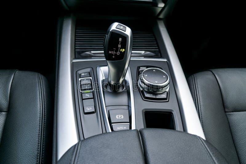 La transmission automatique de bâton de vitesse d'une voiture moderne, les multimédia et la navigation commandent des boutons Dét images stock