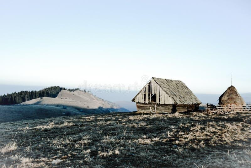 La Transylvanie a isolé le cottage images stock