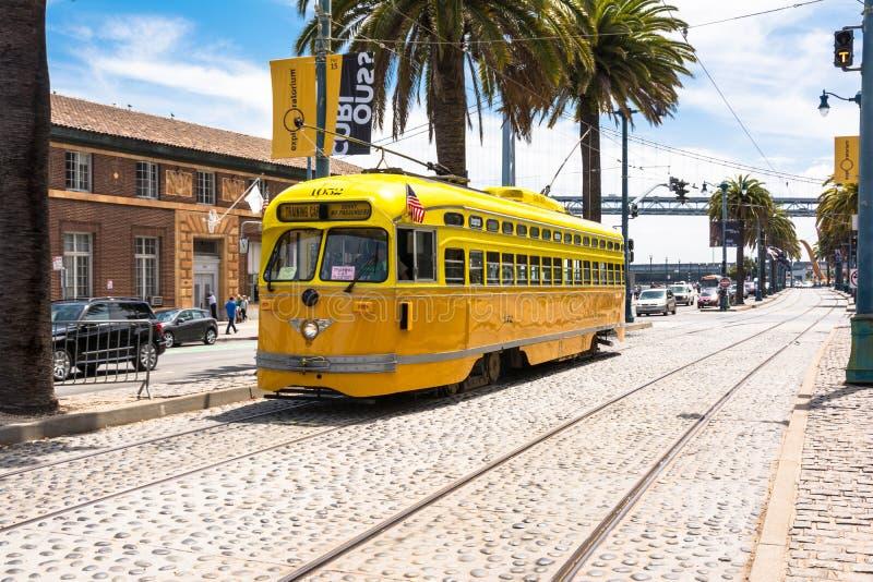 La tranvía del amarillo anaranjado en San Francisco fotografía de archivo