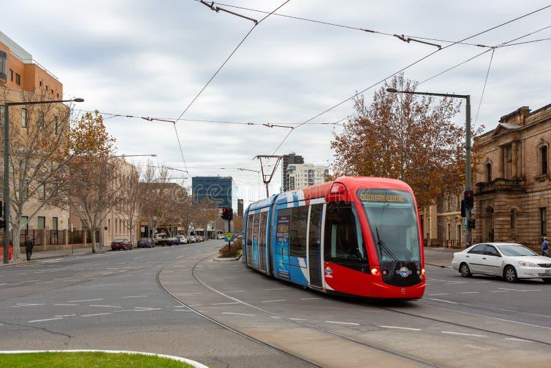 La tranvía que corre a lo largo de rey William Street en el aus del sur de Adelaide foto de archivo