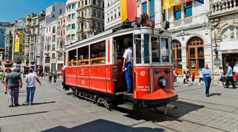 La tranvía retra se mueve a lo largo de una calle ocupada de Istiklal en Istambul imagenes de archivo