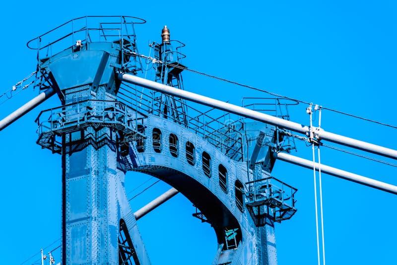 La trave incrociata superiore di una delle torri d'acciaio rivettate del ponte del portone dei leoni a Vancouver, BC, il Canada fotografia stock