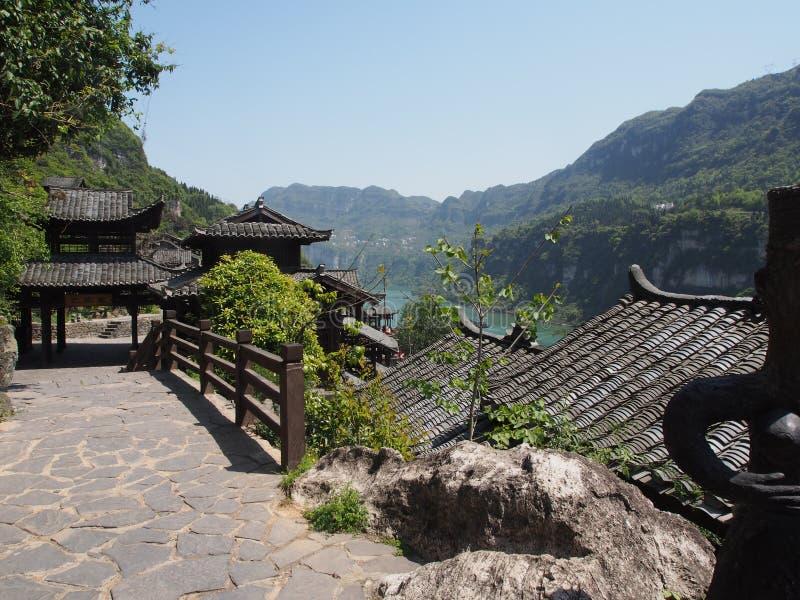 La travesía del río a Three Gorge Dam y visita el pequeño local v foto de archivo libre de regalías