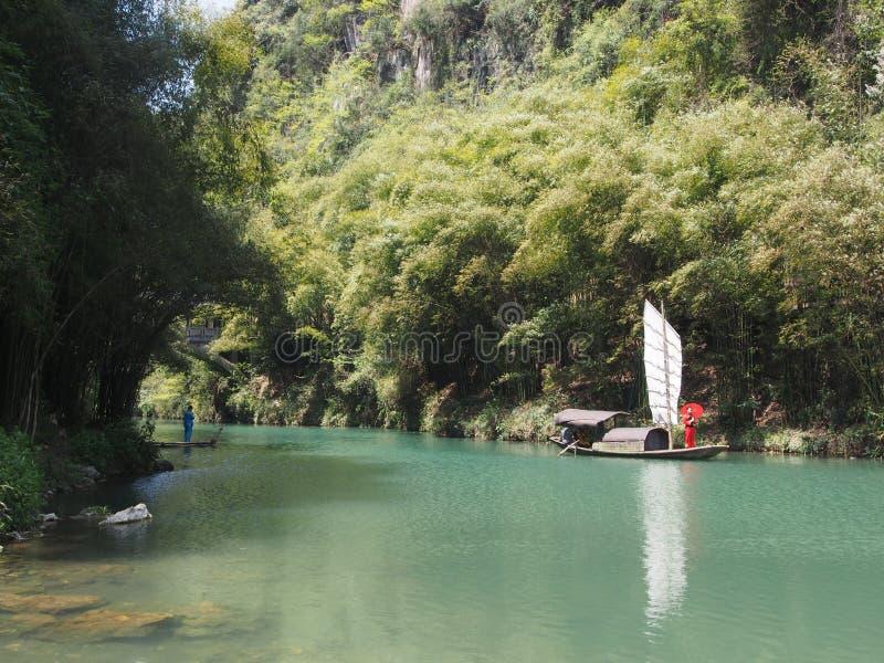 La travesía del río a Three Gorge Dam y visita el pequeño local v foto de archivo